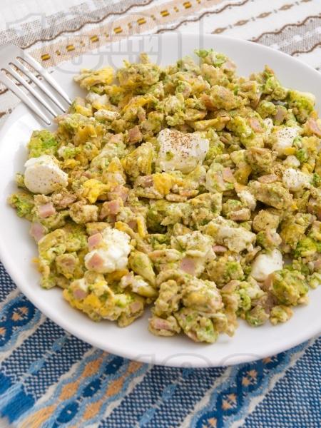 Бъркани яйца с песто, шунка и сирене - снимка на рецептата